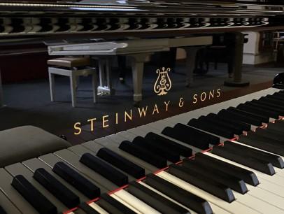 Steinway & Sons B 211 von 2011 in Schwarz poliert